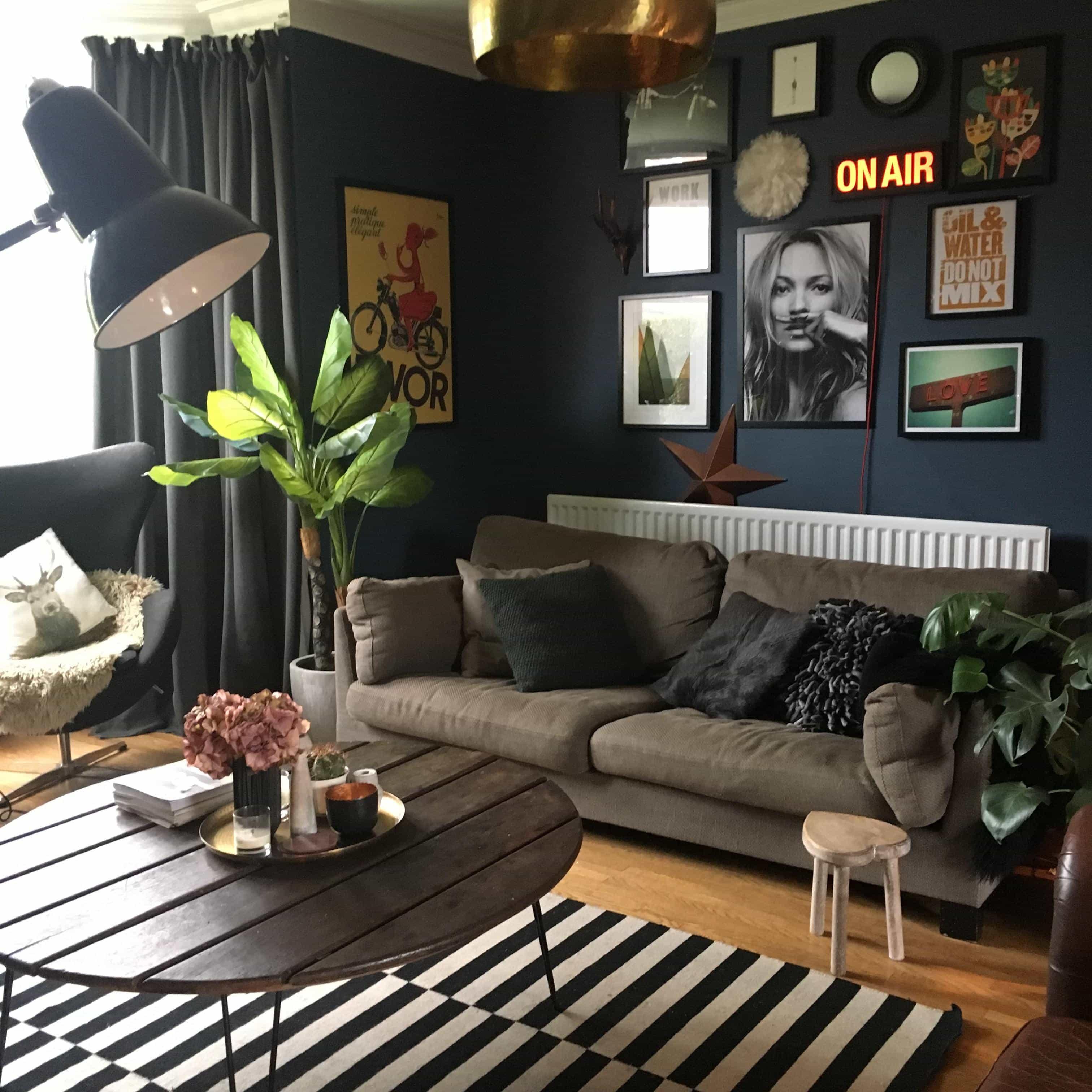 Living room, dark walls, stiff key blue